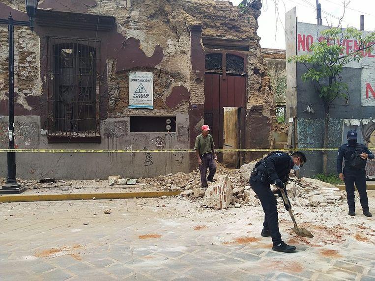 De autoriteiten ruimen puin na de aardbeving in Oaxaca.