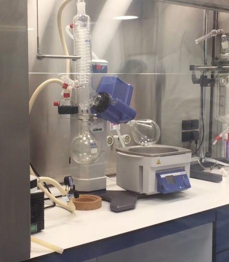 Apotheker maakt alternatief op dure medicijnen in eigen lab