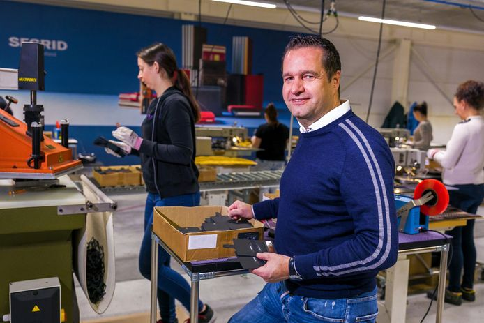 Directeur Robert Brekelmans van Piant in Waalwijk in de hal waar portemonnees worden gemaakt.