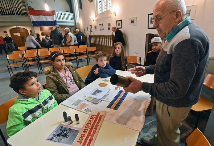 Ooggetuige Anton Herweijer (86) vertelt leerlingen van basisschool 't Geuzennest over zijn oorlogservaringen.
