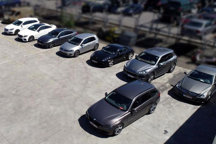 Acht van de dertien luxe-wagens die in beslag werden genomen.