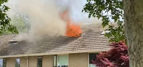 Blok woningen ontruimd na uitslaande zolderbrand in Deventer
