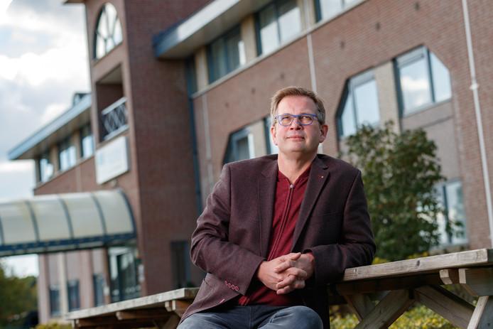 Jan Karel Fikke voor zijn hotel Port of Moerdijk.