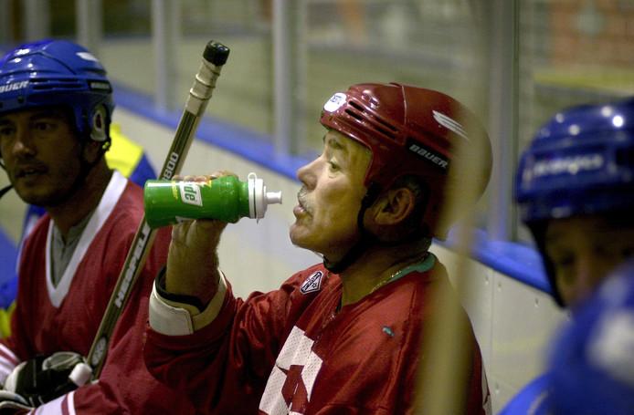 Joe Simons (70) is altijd  blijven ijshockeyen.