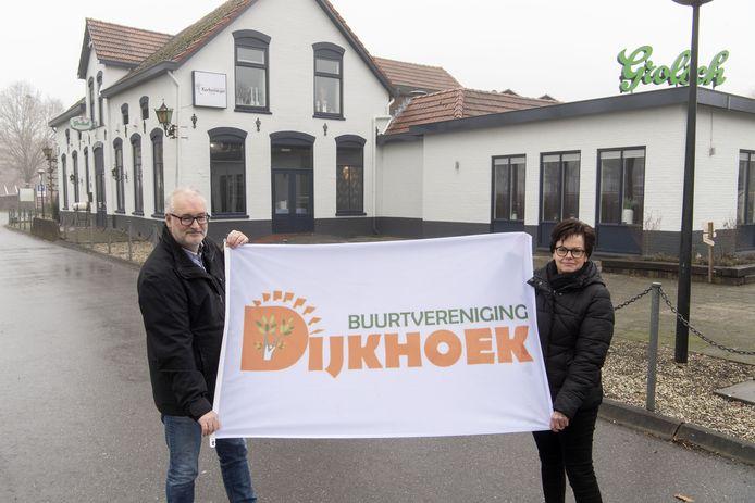 Jan Peters en Hanneke Mesland van Buurtvereniging Dijkhoek voor het buitencentrum Kerkemeijer.