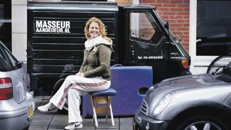Claudia Slabbekoorn van Masseur aan de Deur voor haar Piaggio. (FOTO JÃ¿RGEN CARIS, TROUW) Beeld