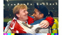 EK-kwalificatie Ierland-Nederland: 0-2. Kroonprins Willem-Alexander feliciteert doelpuntenmaker Patrick Kluivert.