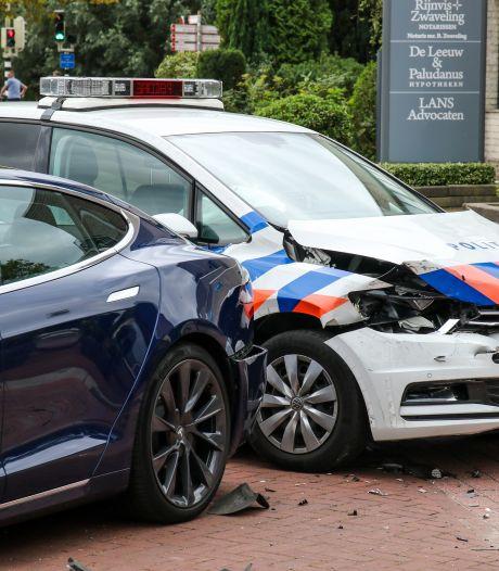 Politieauto klapt op dure Tesla: 'Wij rijden ook weleens ergens tegenaan'