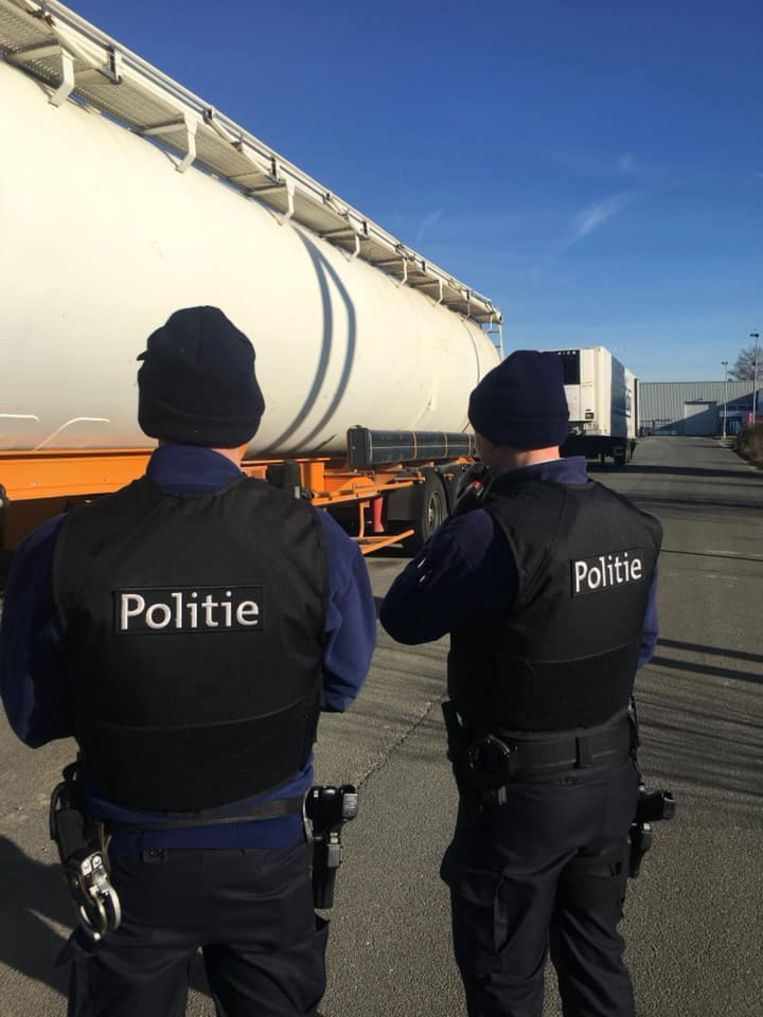 De politie deed onderzoek naar de lekkende vrachtwagen en kwam al snel uit op een criminele organisatie.