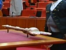 Geschorste Nigeriaanse politicus smijt geroofde scepter onder viaduct