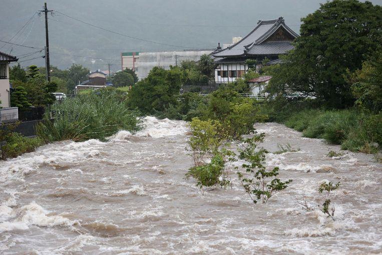 De Muromi rivier in Fukuoka treedt bijna buiten zijn oevers.