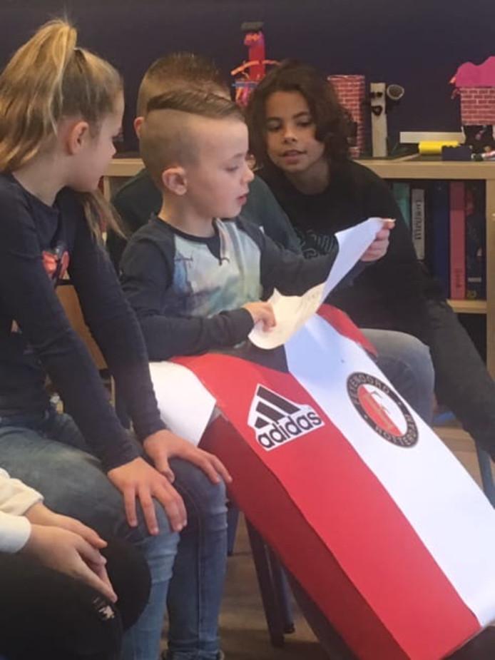 Kleinzoon van Rinus van Oers met zijn suprise en gedicht op school.