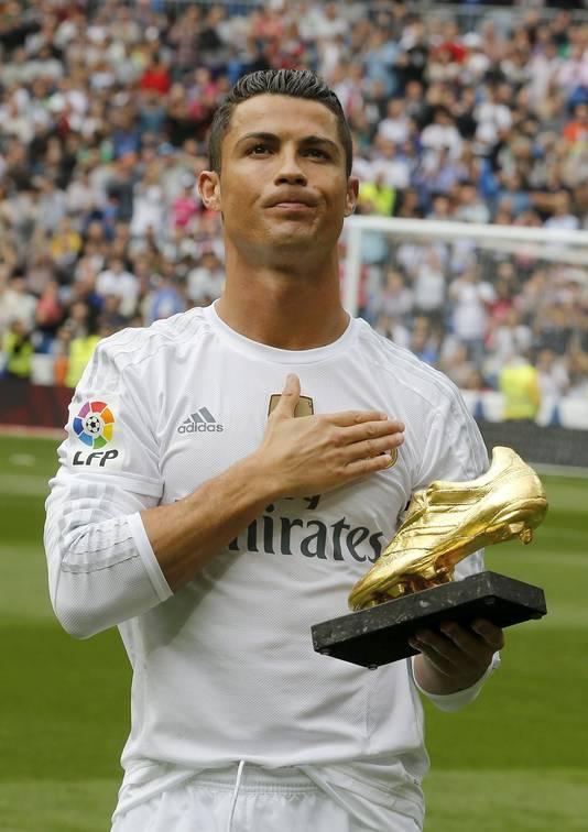 Ronaldo toont de Gouden Schoen aan het publiek in het Bernabéu. De Portugees won de trofee afgelopen week als topscorer van Europa.
