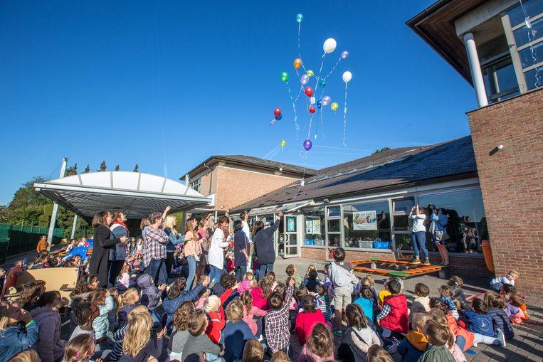 De kleuterjuffen hielpen een handje bij het oplaten van de ballonnen.
