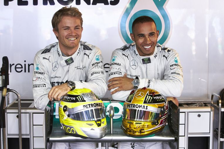 Teamgenoten Nico Rosberg (links) en Lewis Hamilton. Beeld ap