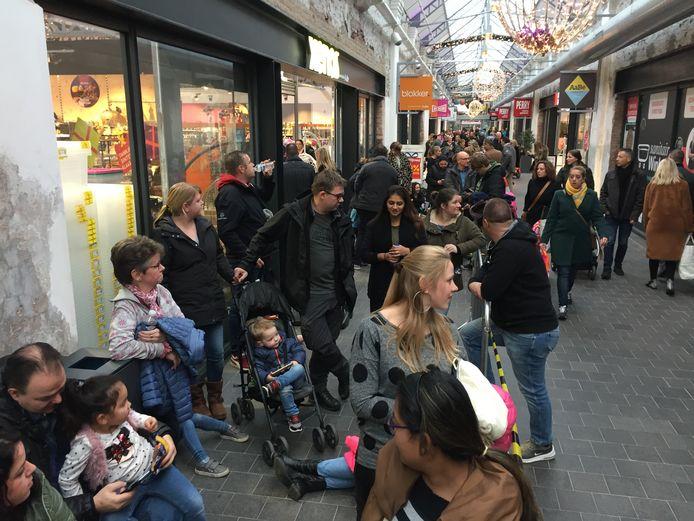 Zondag stond bij een speelgoedwinkel in Tilburg een rij van een paar honderd meter om op de foto te kunnen met K3