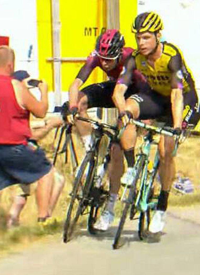 Tony Martin van Jumbo-Visma (r.) bakkeleit met Team Ineos-renner Luke Rowe in de 17de etappe van de Tour de France. Beeld