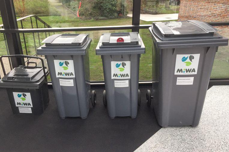 In de vier MIWA-gemeenten verschijnen vanaf volgende week in totaal 52.046 huisvuilcontainers in het straatbeeld. In Sint-Niklaas beschikt bijna 1 op 3 containers over een slot, zoals de container (tweede van rechts) op de foto.