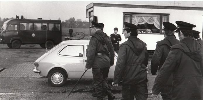 Actie van de politie in woonwagenkamp Waalre in verband met miljoenenroof afgelopen jaren, 5 mei 1976.