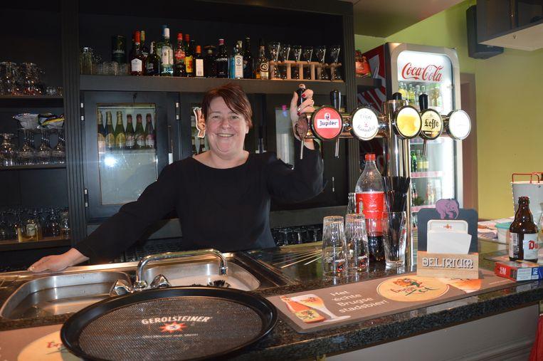 Uitbaatster Cindy in het vernieuwde café Ter Groene Poorte in Haaltert.