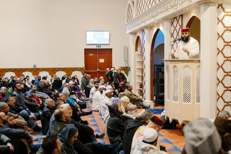 Het gebed op vrijdagmiddag in de Blauwe Moskee in Nieuw-West.   Beeld Marc Driessen