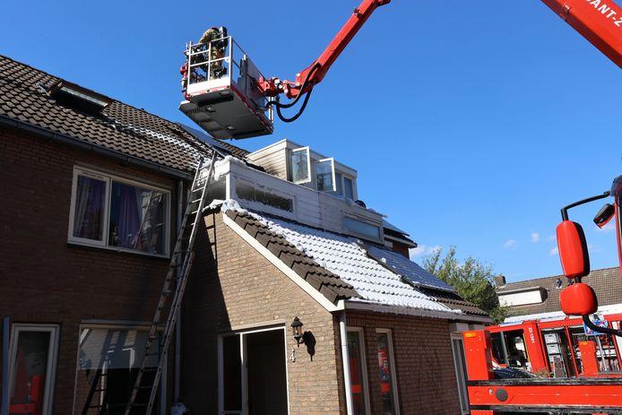 De bewoners moesten hun huis in Best verlaten door een brand in het dak.