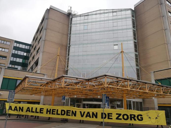 Spandoek Vitesse voor alle helden in de zorg bij ziekenhuis Rijnstate in Arnhem.