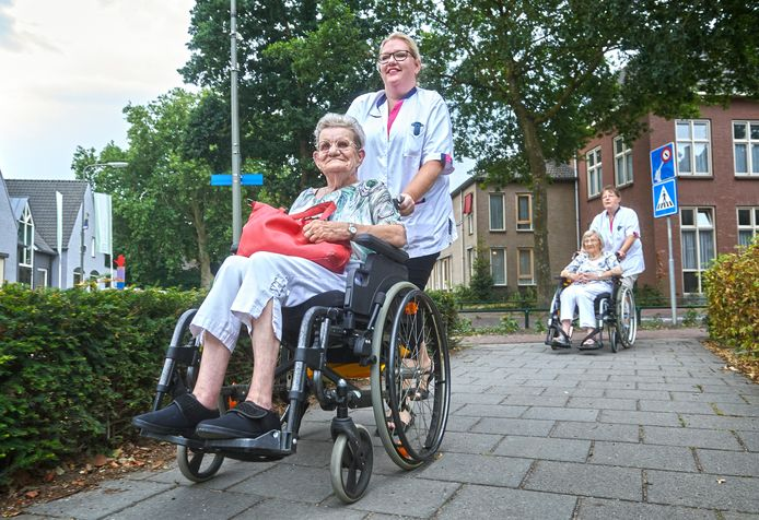Ine van Rooij en Joke Heesakker, bewoners van bejaardenhuis Geffen worden voor een dag verplaatst naar de Koppellinck i.v.m. verhuizing.