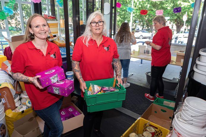 Helga de Veth en haar dochter Priscilla openen maandagochtend voedselbank Pets Food Care in Breda, in de voormalige rechtbank.