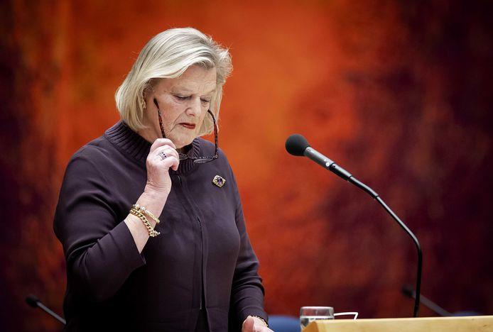 Staatssecretaris Broekers-Knol (Asiel) is een miljoen euro per week kwijt doordat immigratiedienst IND te traag werkt.