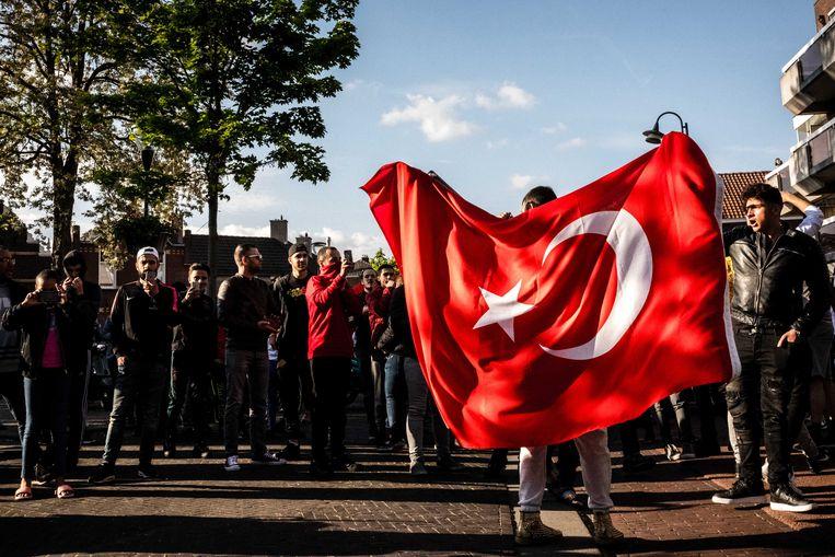 Aanhangers tijdens de demonstratie van Pegida richting de Al-Fourquaan moskee in Eindhoven. Ongeveer 20 demonstranten kwamen oog in oog te staan met honderden tegendemonstranten.  Beeld ANP