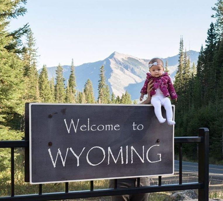 Harper bij het welkomsbord van de staat Wyoming.