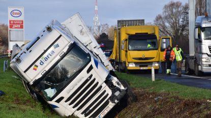 Verrast door manoeuvre van voorligger en verblind door de zon: trucker botst tegen signalisatiewagen op E403