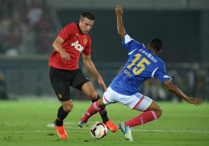 Van Persie in actie tegen Yokohama F.Marinos.