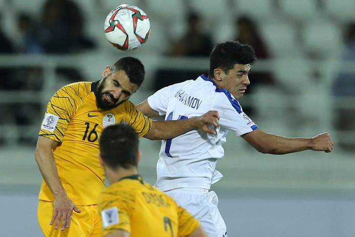 Aziz Behich in duel met Dostonbek Khamdamov van Oezbekistan.