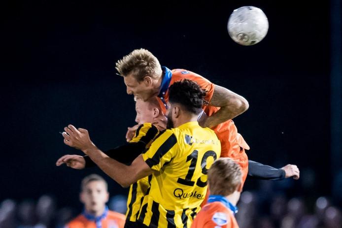 PEC Zwolle speler Nicolai Brock-Madsen in duel met DVS 33 speler Jorran van Santen en DVS 33 speler Mohammed al Haydar.