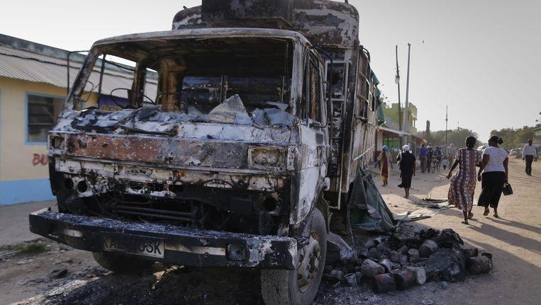 Beelden van een verwoeste vrachtwagen in Kenia. De aanslag is geclaimd door al-Shabaab Beeld anp