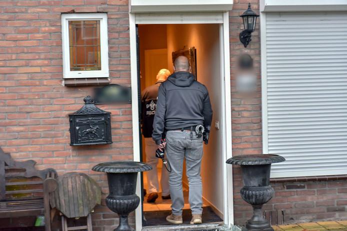 Januari vorig jaar viel de politie binnen bij een aantal woningen in Geldrop plus zeker tien andere adressen. het OM denkt daarmee een bende te hebben opgerold die miljoenen verdiende aan drugs en grondstoffen
