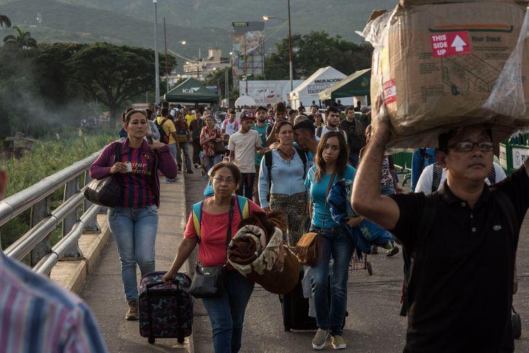 Dagelijks komen 35 duizend Venezolanen in Cúcuta de grens over. Beeld Stephen Ferry