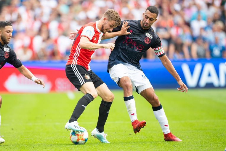 Duo-aanvoerder Adil Auassar van Sparta (r) in duel met Feyenoords Dylan Vente. Beeld null