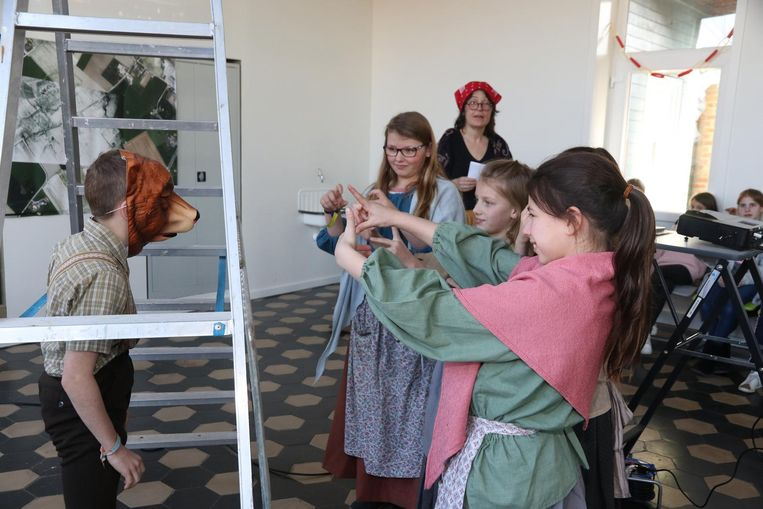 De kinderen spelen het verhaal van de beer van de Kemmelberg na.
