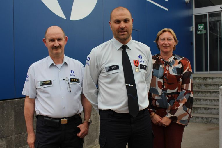 Korpschef Hans Quaghebeur (links) met inspecteur Tom Dufour en eerste schepen Daphné Dumery.