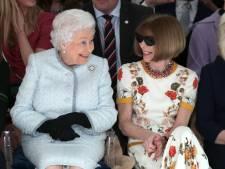 Koningin Elizabeth (91) bezoekt voor eerste keer modeshow in Londen