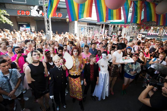 Drag queens dossen zich uit voor de show bij de Thom Thomclub.