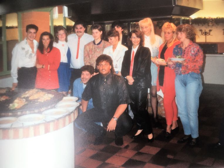 Op deze foto van 1989 wordt Olli (gehurkt in het midden) bijgestaan door onder meer Kurt Jansssens (uiterst links), de baas van Extreme, en net ernaast zijn toenmalige vrouw Vanja Vandecasteele.