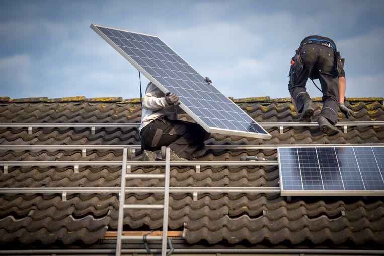 Het plaatsen van 10 zonnepanelen op een dak van een rijtjeshuis. Beeld Nederlandse Freelancers