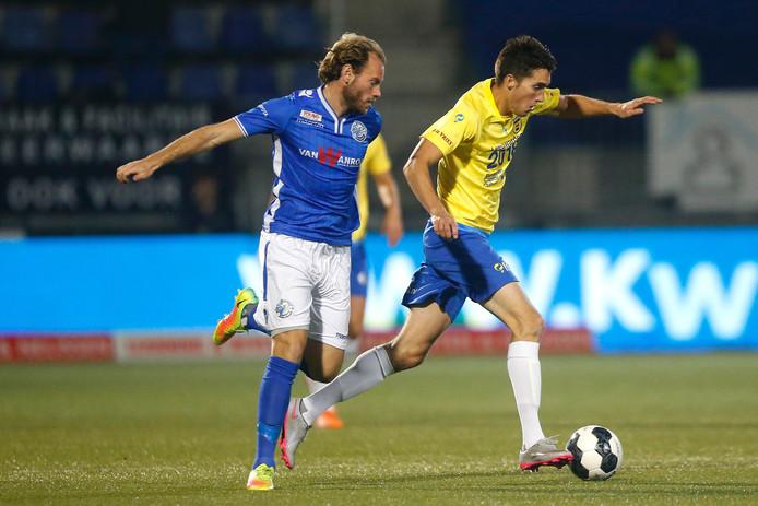 FC Den Bosch-aanvoerder Niek Vossebelt duelleert met Cambuur-spits Martijn Barto.