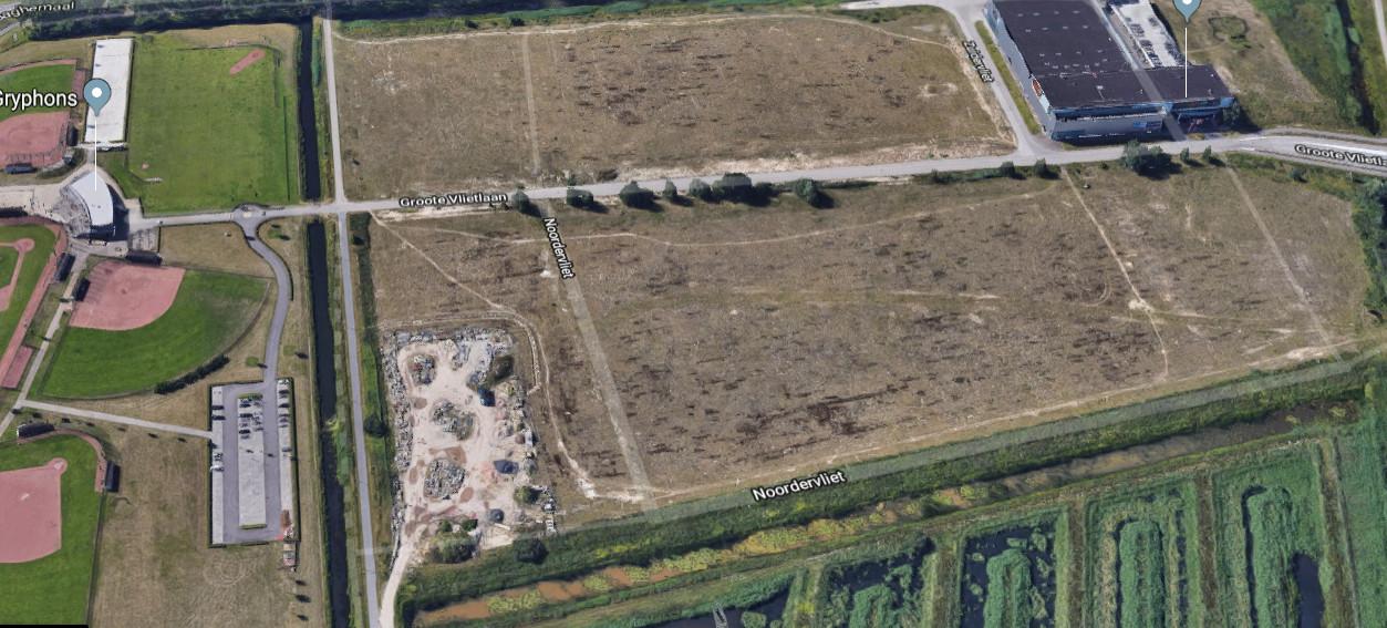 Het braakliggende terrein Groote Vliet in Rosmalen.  De nieuwbouw voor het Rodenborch College en de sporthal staat linksboven (naast de terreinen van Gryphons) gepland.