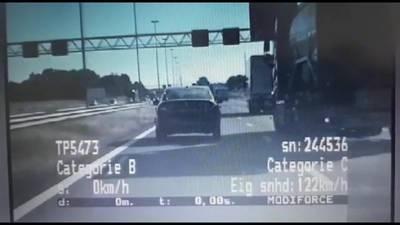 Vrachtwagen drukt auto van de weg, met daarin... de verkeerspolitie
