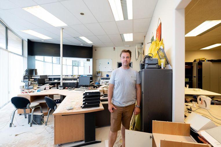 Stefaan Van Lommel in een van de gevandaliseerde kantoren.